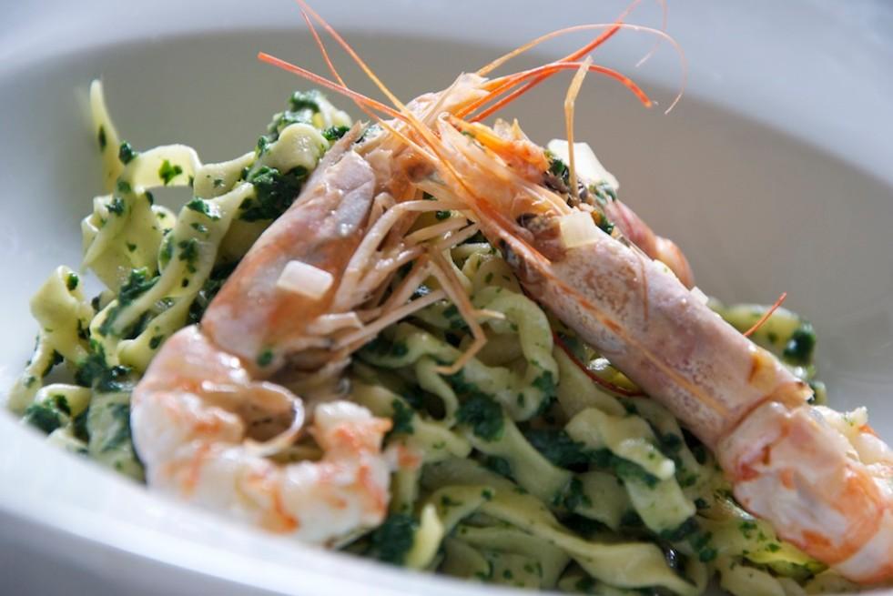 Spaghetti mit Knoblauch, Öl, Brennessel und Garnelen